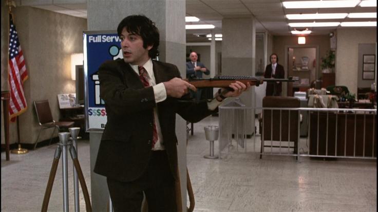 Sonny (Al Pacino) estrae un fucile da una scatola per fiori, citazione da Rapina a mano armata di Stanley Kubrick (1957)
