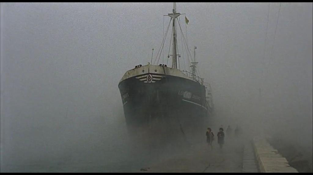nave in isolamento e nebbia | re-movies