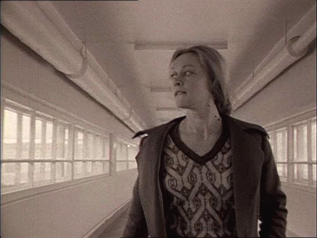 Maria esce dalla tipografia Lo Specchio | Re-movies