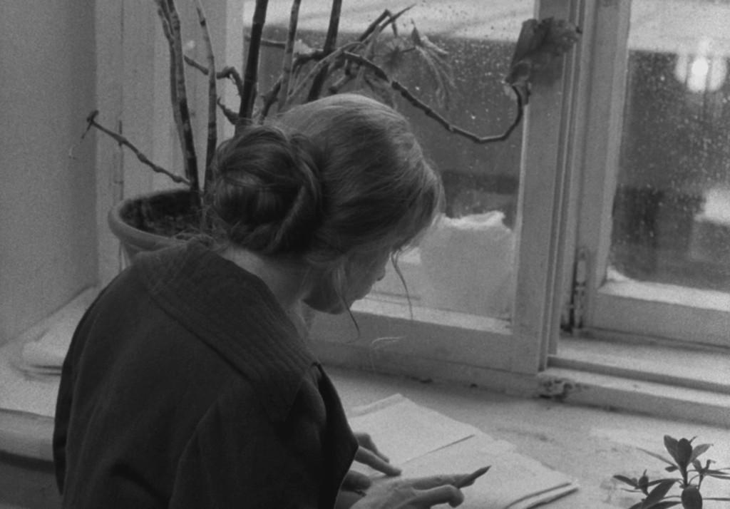Maria corregge la bozza Lo Specchio | Re-movies